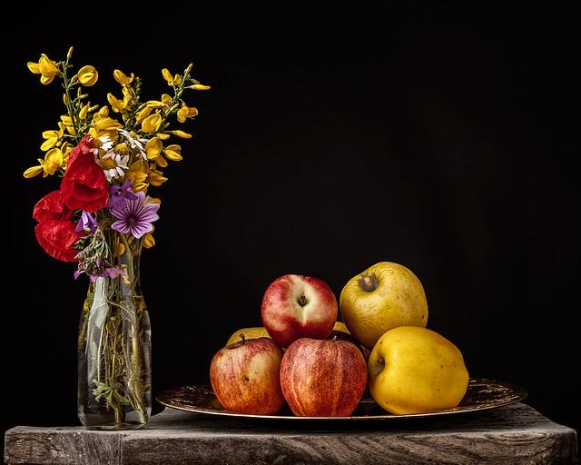 bodegón con manzanas y flores silvestres