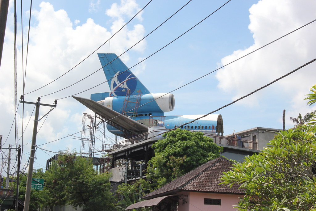 Un avion sur le toit