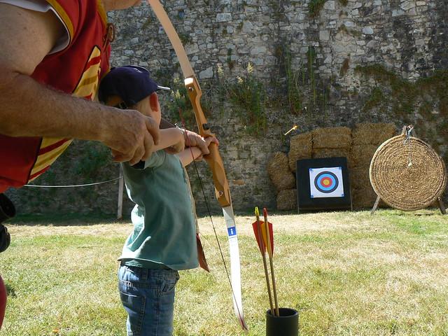 Un enfant tire à l'arc