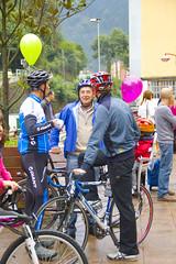 Carlos Totorika charlando con los ciclistas ermuarras Pedro Horrillo y Aitor Hernández