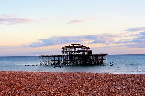 muelle viejo ruinas playa mar océano ocaso atardecer atapecer pier old ruins beach sea ocean sunset brighton england uk cielo nubes sky clouds