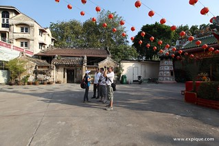 Chinese temples with lanterns | by ExpiqueTravel