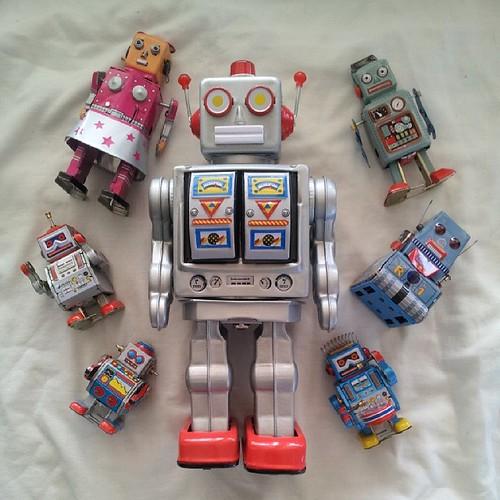 #RobotCollection #TinRobot #WindUpRobot #robot #tin #retro #vintage #blue #silver #yellow #red #windup #China #1960 #MS235 #MS294 #MrDCell #VintageRobot #ElectronRobot #VenusRobot #drummer #DrummerRobot #TankRobot #tank #PuertoRico #mechanical #mechanism | by Reavel
