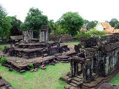 Bakong, E side structures