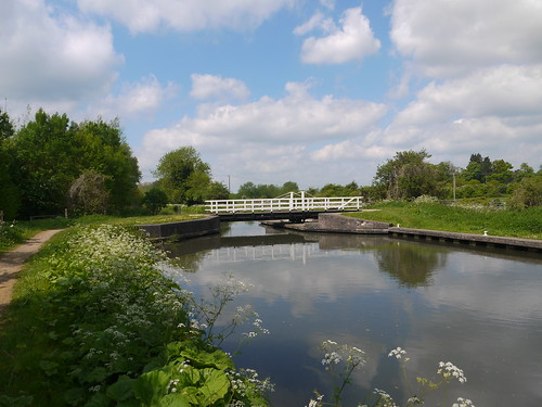 sunshine walking boats countryside canal spring may berkshire towpath kennetandavoncanal woolhampton