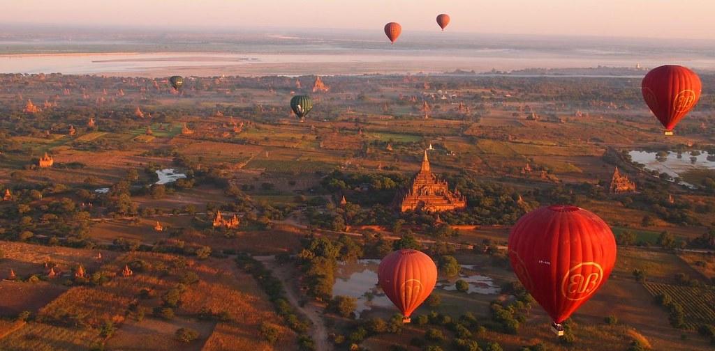 Balloons over Bagan at sunrise (Myanmar 2013)