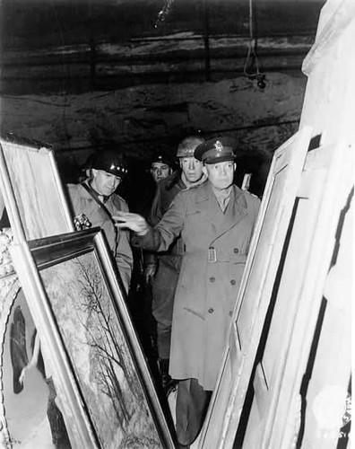 Bradley, Patton y Eisenhower inspeccionan obras recuperadas