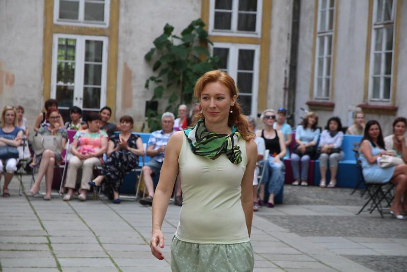 ► Módní přehlídka oděvů s příběhem na nádvoří