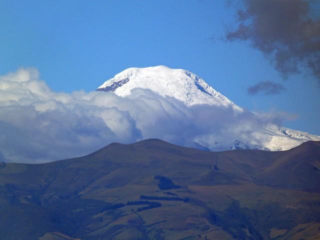 Uno de los volcanes que se ven desde El Panecillo de Quito (Ecuador)