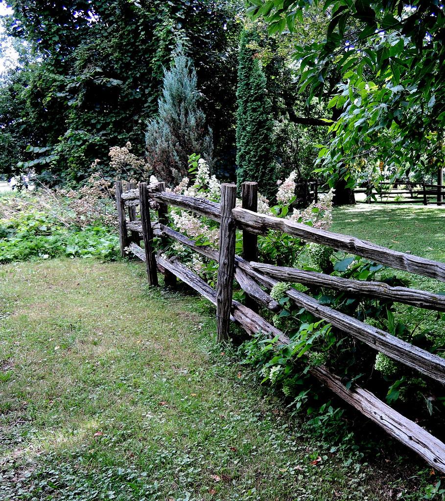 Clôture rustique dans un jardin privé | Rustic Fence in a Pr ...