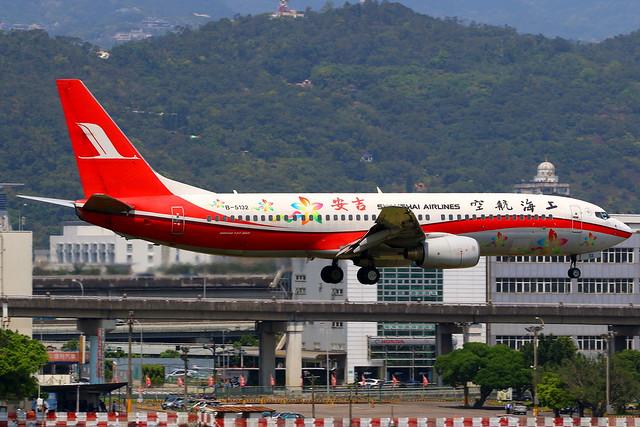 Shanghai Airlines 上海航空公司 Boeing 737-8Q8 B-5132