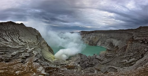 kawah ijen java indonesia southestasia nature explore landscape sunrise volcano volcán azufre gases smoke fumarola sky cráter asia
