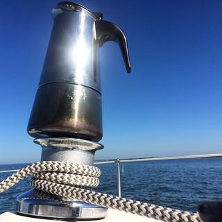 - Le subtil équilibre de l'arôme de la cafetière Harken.... - Paré à virer ?  - Naaaaaaannnnn!!!!!!! #portnawouak #portnavoile #sailporn #winchbialetti #twailordelamaisonducafe #wp   by sun2k
