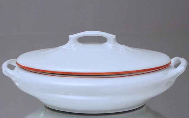 Meissen: ovale Terrine, Form T , Entwurf: Konrad und Rudolf Hentschel, 1901, Korallroter Rand