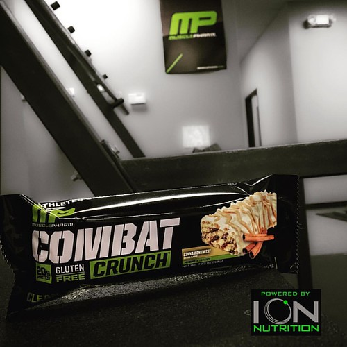 Feeling hungry? Grab a combat crunch bar for Musclepharm!! Gluten-free 20 g of protein👌#musclepharm #chicagofitness #poweredbyion #protein #proteinbar #mp #supplements #combatcrunch #musclepharmcombat #bodybuilding #squats