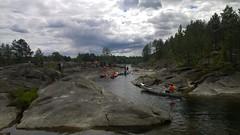 Kanoene padles på en liten dam, under bæringen forbi supplandsfoss.