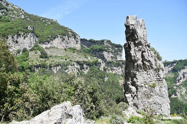 Terassiviljelmiä ja karua maisemaa Sentiero degli Dein patikointireitillä