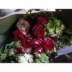 お誕生日の女性へ。バラ「ルビーレッド」、ハイドランジア、ラナンキュラス「マルヴァ」、ドラセナ「パープルコンパクタ」、コデマリ、アスナロヒバ。 #mellflowers #花屋 #花 #flower #flowershop #札幌 #sapporo #札幌花屋 #bouquet
