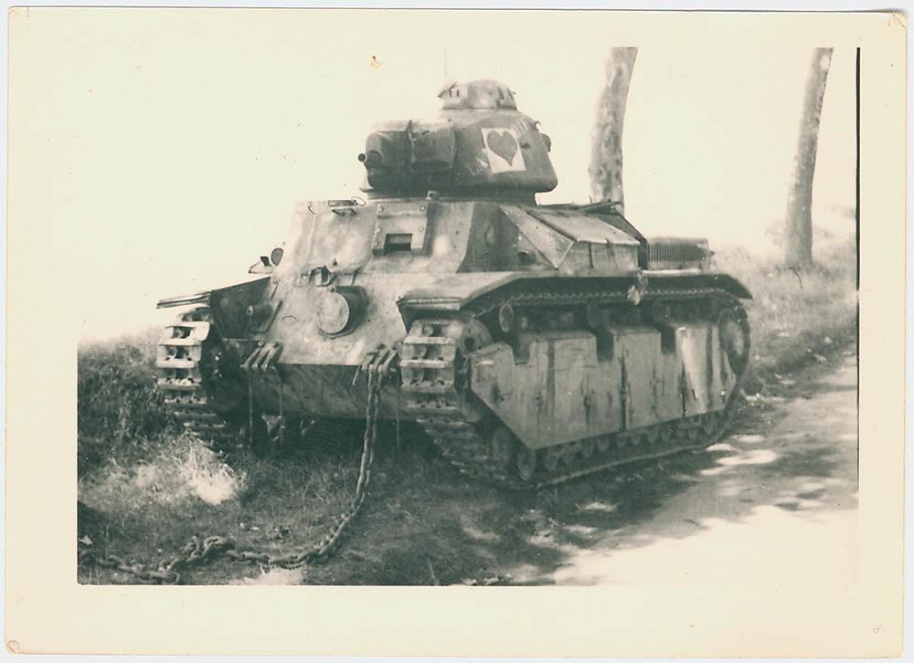 Vernielde Renault D2 tank van het Franse leger, ca. mei-juni 1940 | Knocked out Renault D2 tank of the French Army, c. May-June 1940