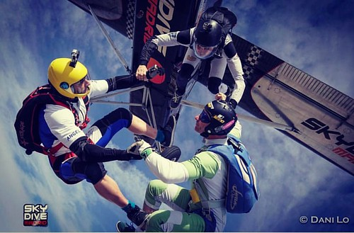 Cawabonga weekend!  #freefly #feelfree #skydivemadrid #skymad #ocaña  #enjoylife #feeleverithing #exit #skydiving #salta #demadridalcielo  foto:  @dani_lo_7 | by Skydive Madrid