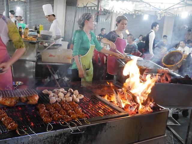 木, 2014-05-15 07:56 - Hai Luaという店の出店らしき大きな路上食堂