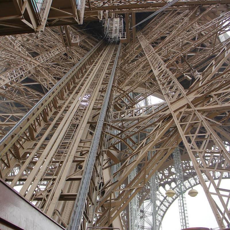 Subindo à Torre Eiffel em #Paris #França