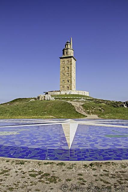 La Torre de Hércules y, la rosa de los vientos.