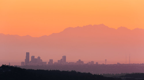 seattle city pacificnorthwest sunset mountains landscape cityscape olympicmountainrange sky canon spaceneedle downtown haze canonef100400mmf4556lisusm canoneos5dmarkiii clear