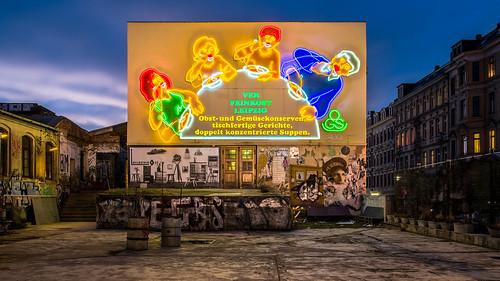"""Leuchtreklame """"Löffelfamilie"""" Leipzig"""