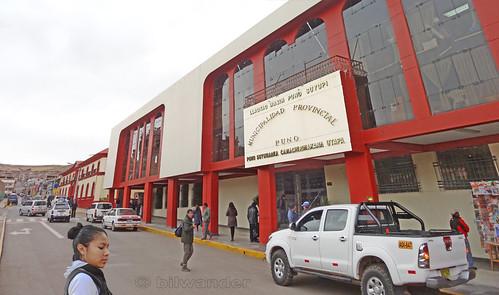 peru puno girl woman chica peruana provincial municipality building solo travel bilwander ρeru