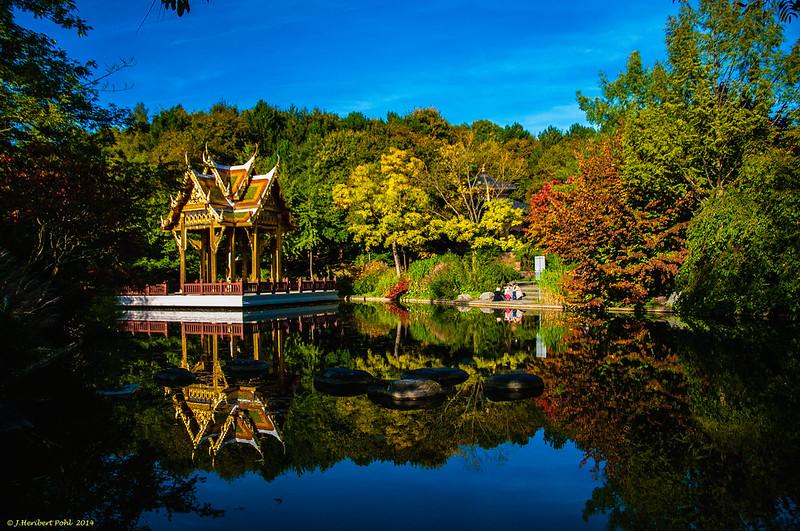 München, Westpark, Thailändische Sala mit Buddha-Statue