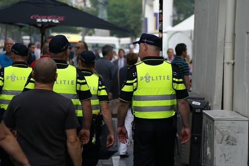 Politie in menigte   by Shirley de Jong