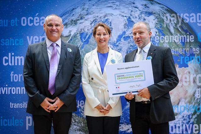 Ségolène Royal assiste à la signature de 100 conventions « Territoire à énergie positive pour la croissance verte » (Ministère de l'Ecologie, Hôtel de Roquelaure, Paris)