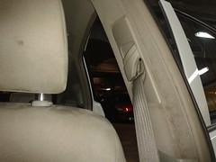 Taxi Prius. Lavado Integral montante del cinturón del Piloto. Antes