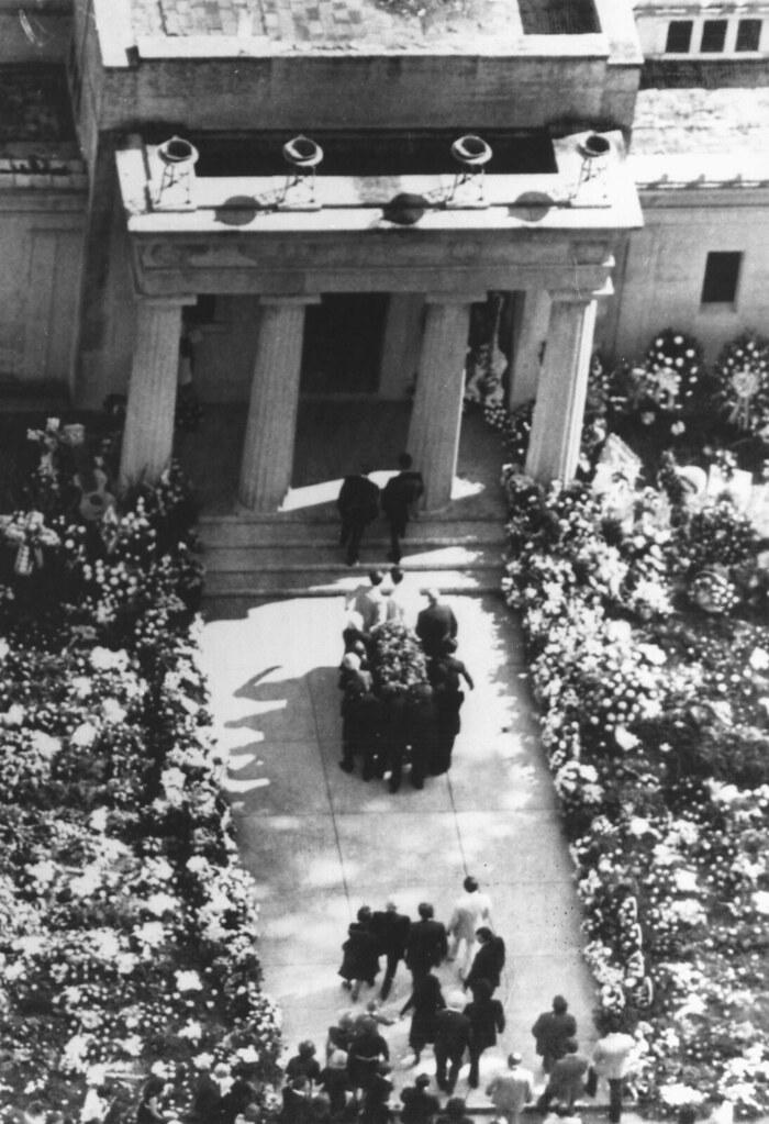 Elvis Presley Is Carried Mausoleum Memphis Casket Taken T