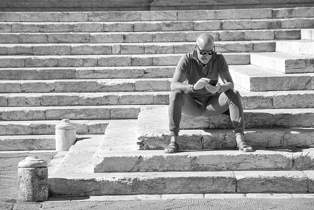 uomo sulle scale