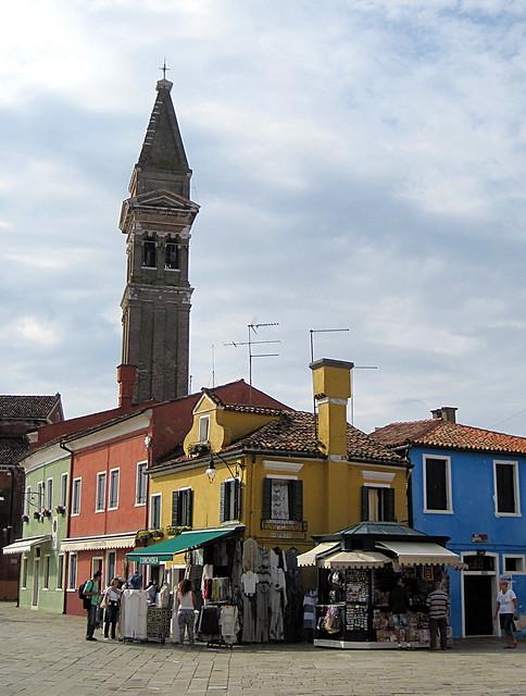 Burano - Piazza Baldassarre Galuppi et l'église di San Martino avec son clocher penché.