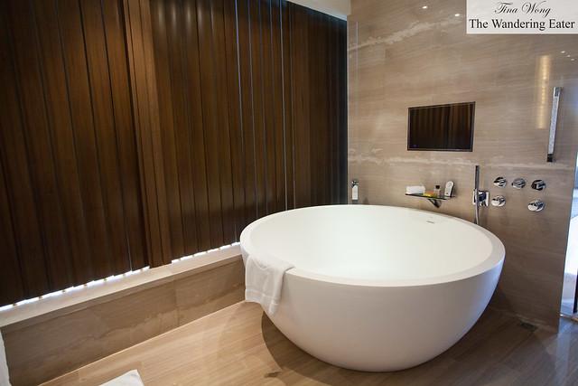 Large circular bathtub at Harbour City Suite