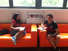 En la imagen se puede ver a dos miembros de Yuzz Ermua en las instalaciones de Izarra Centre