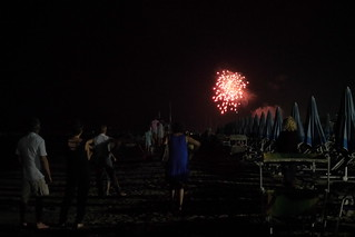 Fuochi di artificio visti dalla spiaggia | by Ylbert Durishti