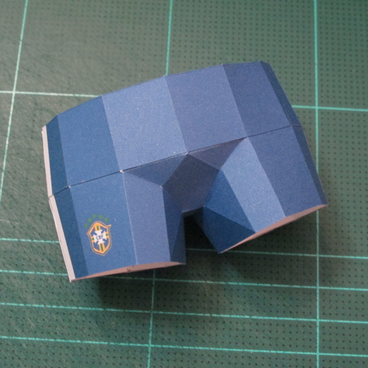 วิธีทำโมเดลกระดาษหมีบราวน์ชุดบอลโลก 2014 ทีมบราซิล (LINE Brown Bear in FIFA World Cup 2014 Brazil Jerseys Papercraft Model) 031