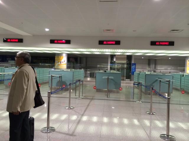 水, 2014-05-14 16:11 - 早朝でまだ入管職員がいない空港