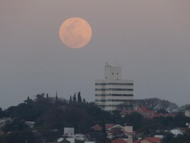 Super Lua se afastando da cidade