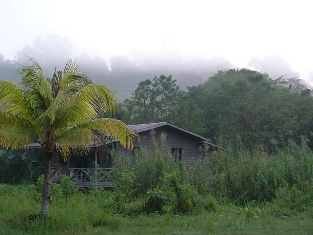 Cabaña en la que nos alojamos junto a la orilla del río Kinabatangan (Borneo, Malasia)
