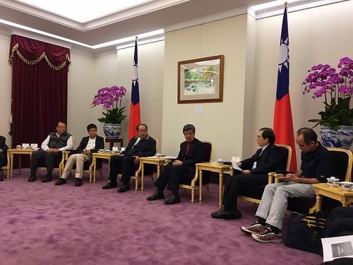 圖02.1060111陳副總統與十大工會領袖會談討論年金改革