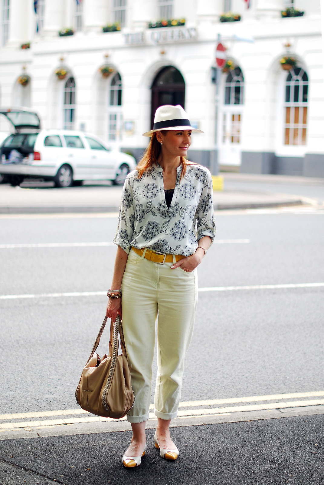 Weekend sightseeing outfit - boyfriend jeans & patterned blouse