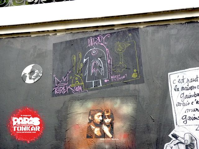 Collage et peinture sur le mur du 5bis rue de Verneuil à Paris