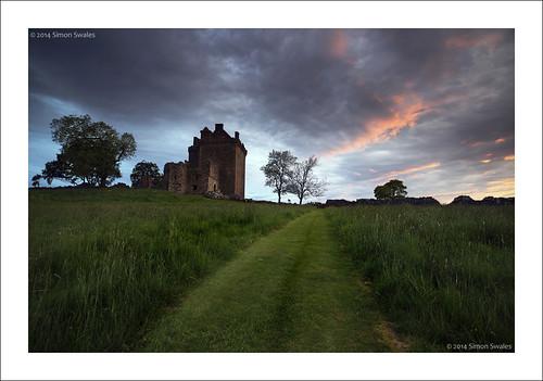 trees sunset castle history grass zeiss canon scotland availablelight perthshire historicscotland ze ancientmonument fortified balvaird distagont2821 eos5dmkii distagon2128ze