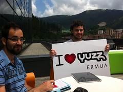 En la imagen se puede ver a dos jóvenes de Yuzz Ermua en la terraza de la 4ª Planta de Izarra Centre