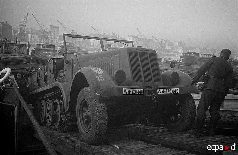 Félig chenillé Sd.autó.8 de l'artillery dénes